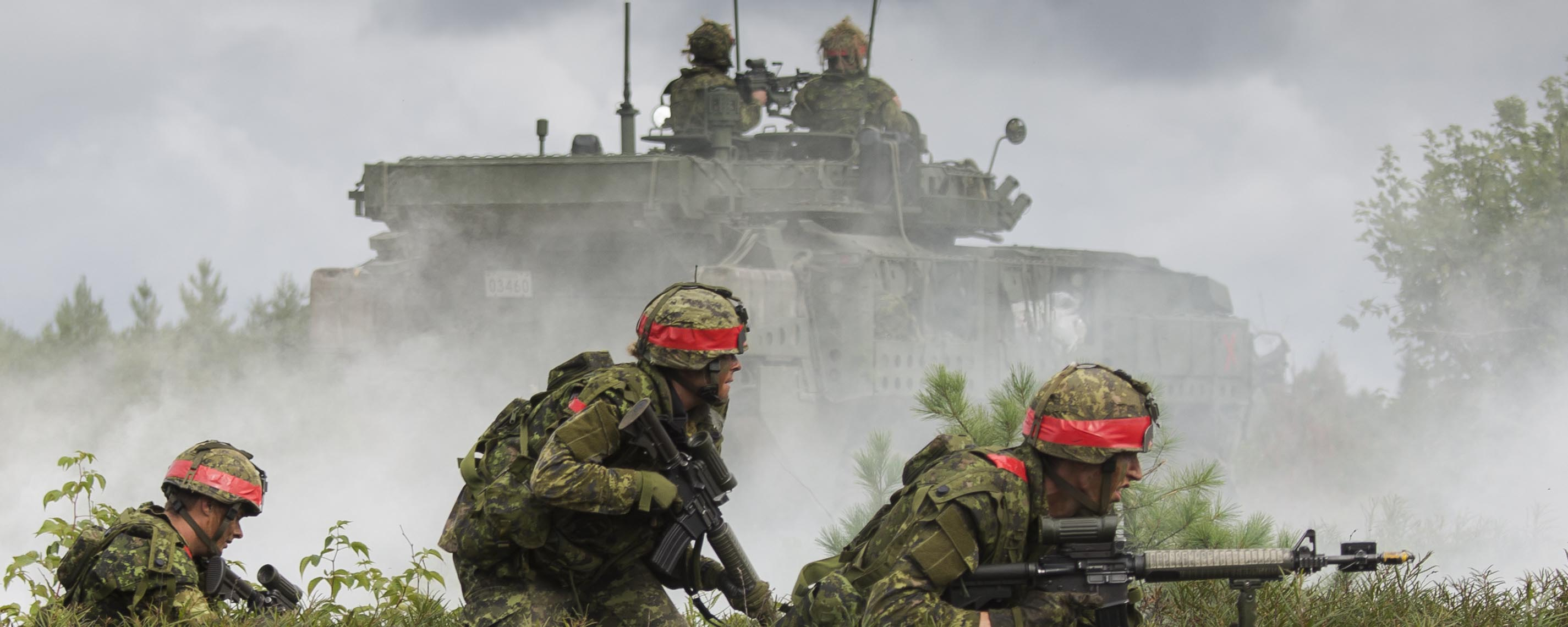 Slide - Simulated opposing forces attack a defensive position occupied by members of the Canadian Army Reserve, 4th Canadian Division, during Exercise STALWART GUARDIAN on August 26, 2015 at Garrison Petawawa, Ontario.